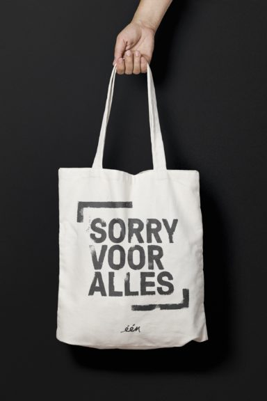 Sorry Voor Alles' logo on a tote bag.