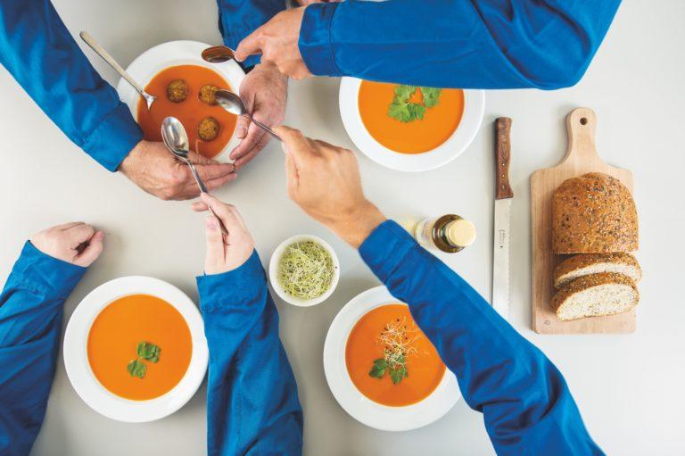 vormgeving kookboek, kookboek ontwerpen, lay-out kookboek, afwasbare bladzijden, kookboek ontwerpen, boekontwerp Antwerpen, foodfotograaf antwerpen, foodfotografie antwerpen, typografie, huisstijl coverillustratie